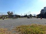 公園 1000m 戸塚公園  多目的広場や遊具のある広場とともに緑豊かな雑木林、湧き水が流れるせせらぎがあります。