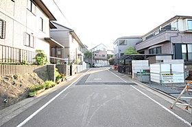 前面道路は広く、とても開放感があります。