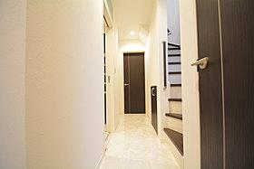 玄関は、高級感と断熱性、防犯性に優れた玄関ドアを標準装備。