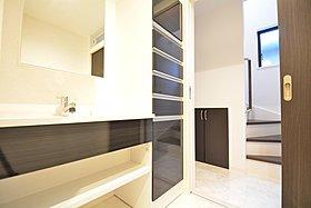 大容量の収納と機能性に優れた洗面台です。