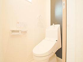 白で統一された清潔感溢れるトイレスペース。