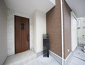 明るくコントラストのある、開放感と清潔感を兼ね備えた玄関。