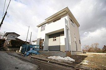 A棟現地外観写真。住まいの安心を支える「鉄筋入りコンクリートベタ基礎」は 湿気対策と耐震性に優れてます