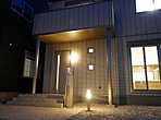 小さな小窓がアクセントとなり、よるにはそこから光があふれる玄関になっております。B区画玄関周り (5月4日撮影)