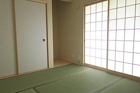 リビングに隣接した和室があり大変便利です