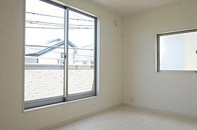 大きな窓からたっぷりと陽光が注がれる明るい居室