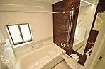 一日の疲れを癒してくれる浴室です。お子様と入っても広々したスペースです。2号棟