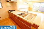 対面式のシステムキッチンは食洗機付き