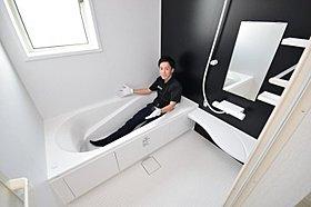 浴室は広々1坪タイプ。
