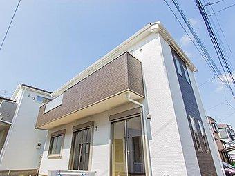 【外観】堂々たる趣ながら、主張し過ぎずどこか余裕を感じさせるシャープなフォルムで佇む邸宅は、晴天の空と照らし合わせる事で、本来あるべき完成形の姿を見せてくれます。