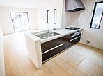 明るい自然光が入るキッチン作業スペースを多くとった壁付けキッチン採用。夫婦そろってキッチンに立っても調理がしやすく余裕の広さ。食器類もすっきりと片付く余裕の収納力。