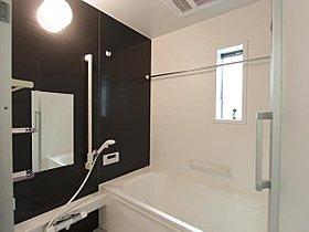 心地よいバスタイムを演出する浴室はゆとりあるサイズを採用。保