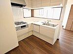 L型キッチンの特徴は、調理などの作業スペースを広くとれる点でしょう。特にコーナーとなる部分には大きなお皿や調理済みのお鍋などをいくつも置く余裕があるため、大変便利です。