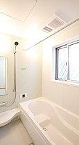 「白」を基調とした空間で半身浴も楽しめるバスタブ。入浴を至福