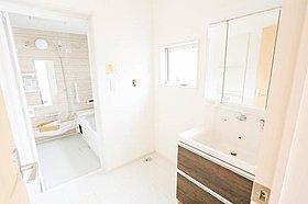 見やすくて使いやすい鏡を備えた洗面台は、お肌のお手入れなどの