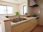 <生活動線・対面式キッチン>生活の中心となるLDKは対面キッチンタイプのゆったりサイズ。生活動線をワンフロアに集中させることで、ご家族が自然と集まる空間を設計から実現しました。