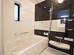 落ち着きのある色合いとよゆうある広さをもたせて半身浴も楽しめるバスタブ。入浴を至福の時間にしてくれます。