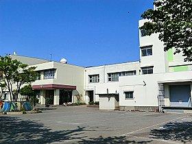 川口市立在家小学校まで306m かしこく。やさしく。たくまし