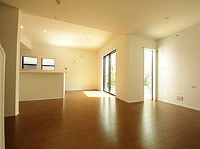 天井が高く、開口部が広いため広々した居住空間
