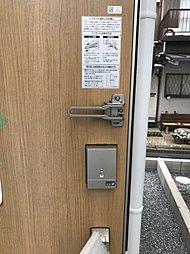 ICチップを内蔵したカード/シールをハンドルに近づけるだけでカギの開け閉めが可能です。