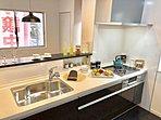 対面式キッチン(5号棟):家事をしながらリビングを見渡すことができ安心感が生まれる、対面式キッチンです。