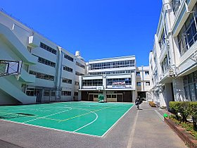 日吉台西中学校まで1500m