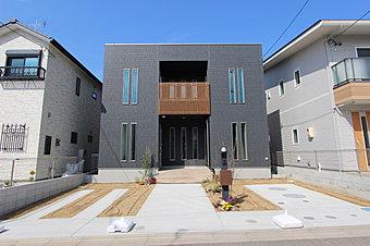 ◆明るさいっぱい!リビング真ん中に大きな吹抜けのある家◆ ご家族で寛ぐLDKに吹抜けを設け、開放的な空間を演出。2階南向きのベランダは2部屋から出入り可能+屋根付きで機能的です。/5号地モデルハウス