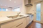 人気の対面式キッチンで家族と会話を楽しみながらお料理ができます!勝手口も設置し、暑い時期のゴミ対策にもご活用頂けます。