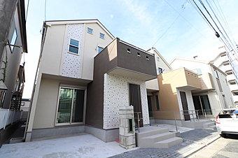 シンプルモダンンな外観です。全棟2階建のお家!LDKは対面キッチン型の広々スペース!LD部分にはあると嬉しい床暖房付き!