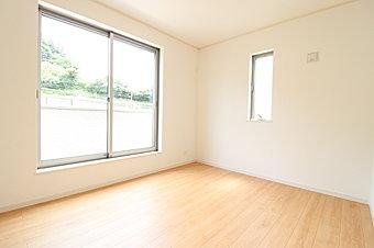 【1号棟】主寝室7帖には収納が二ヶ所あり、南からの彩光がお部屋を明るく演出致します。