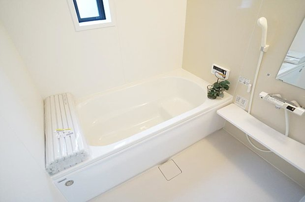1号棟 入浴後の水滴や湿気を排出しカビ防止に大活躍な浴室乾燥機付き!