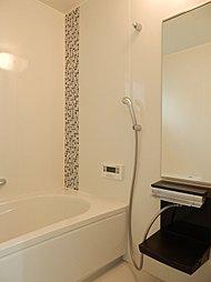 お風呂・シャワーの写真です。写真にはないですが、奥の壁左側に窓があります。