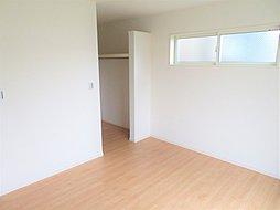 ◇2階洋室◇ 2階の7帖の洋室です。主寝室に最適なこちらのお部屋はベッドだけでなく、テレビやタンス、ドレッサーなども置いていただけます。1日の多くの時間を過ごす寝室は快適でありたいですね。