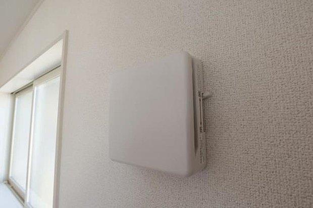 【24時間換気システム】室内のホルムアルデヒドなどの化学物質やCO2などを排気して新鮮な外気を入れます。約2時間で家中の空気を全部入れ替えます。