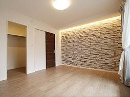 壁面の一部にアクセントクロスを施した2.3帖のWIC付8.0帖の主寝室。バルコニーから心地よい自然光と豊かな風が届く居心地の良い居室です。(T-2)