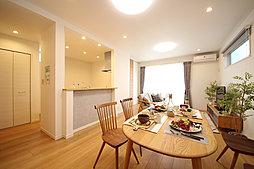 隣接する和室の間仕切りを外していただくことで22.9帖の広々空間に。間仕切り付和室は来客時には客室として使用できるフレキシブルなスペースです。(T-5)