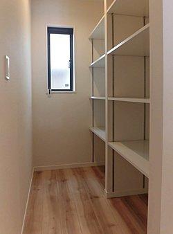 ■可動棚なので高さ調節ができます、食料保管や掃除用具入れなど様々にご利用いただけます。