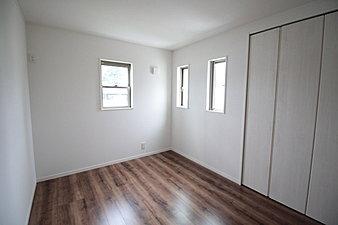 茶色の床材に白の扉を用いているバージョンです。