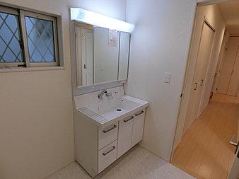 3面鏡で白い清潔感のある面材。