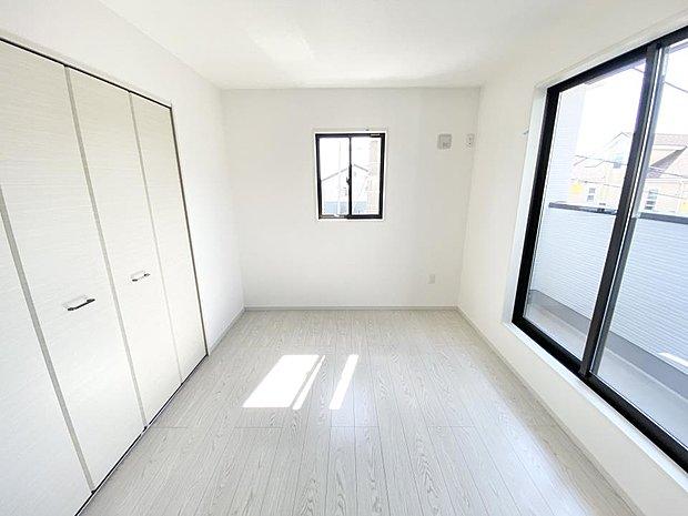 【洋室】■2階洋室 バルコニーにも出られる2階の一室♪お勉強などに疲れたら気晴らしもできますね♪収納も大容量で、お部屋がいつでもスッキリ片付きます*。