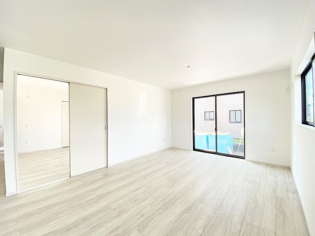 【リビング】■リビング 大きい窓からあたたかいたっぷりの光が入ります♪開放的な空間で毎日をもっと快適に(*^^*)