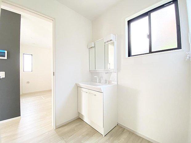 【洗面台・洗面所】■洗面室 キッチンの横にある洗面室。朝のお出かけ準備に嬉しい三面鏡(^^*)鏡の裏には歯ブラシや整髪料などを収納できるスペースもあるので、いつでもスッキリ片付きます♪