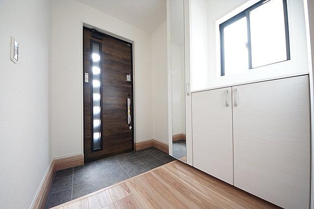 【玄関】大容量のシューズボックス付き玄関ですっきりとした印象に仕上がりました(1号棟)
