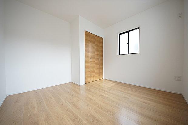 【洋室】洋室5.5帖 小窓が可愛らしい印象に(1号棟)