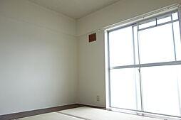 ビレッジハウス五個荘2号棟の窓も大きく明るい和室