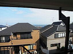 窓からは海が見えます