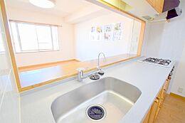 人気の対面式キッチンですのでご家族様とのお話を楽しみながらお料理もできます。3口コンロ、浄水器付きのキッチンです。