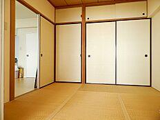 4.5畳の和室のようすです。畳や襖のきれいさの他、1.5間の押入れもあり収納も充実しています。