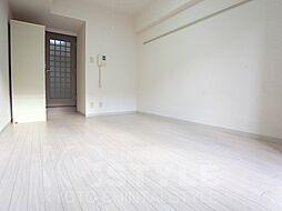 ジョイテル西院の明るいフローリングに改装済み、キッチンとの間に間仕切り扉付き 305号室流用