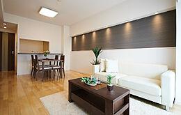 家具付きで引っ越し初期費用カット。明るいリビング。